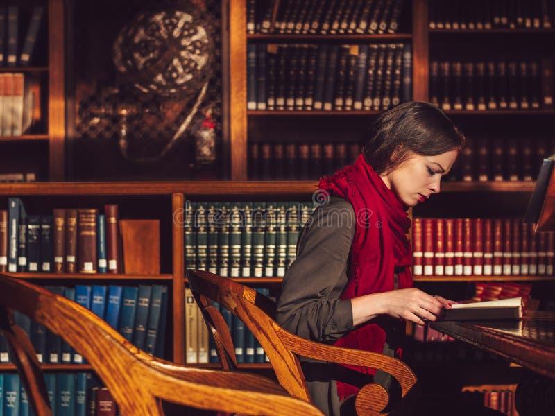 детеныши чтения девушки книги стоковое изображение rf