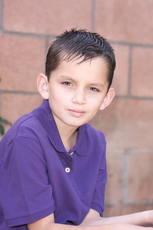 детеныши biracial краткости портрета волос мальчика влажные стоковое фото rf