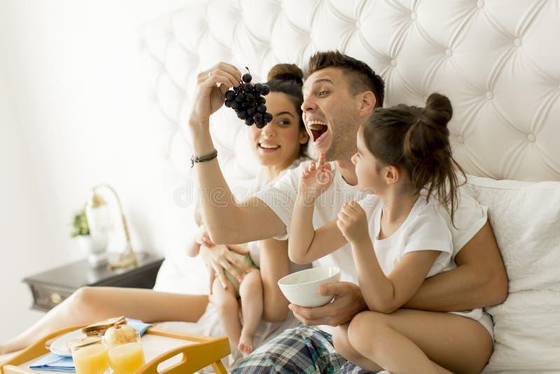 Детеныши familly на кровати стоковые изображения rf
