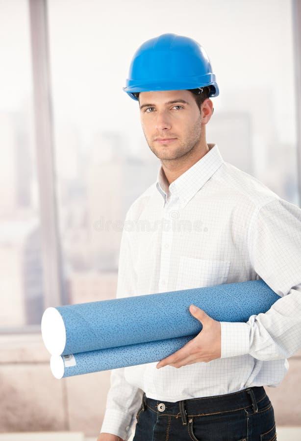 Download детеныши Hardhat архитектора нося Стоковое Изображение - изображение насчитывающей bluebells, план: 18382225