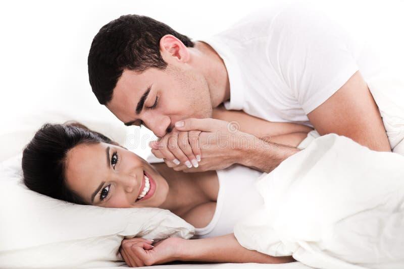 детеныши intimate пар кровати стоковое изображение