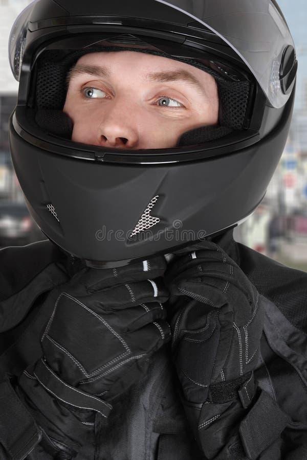 детеныши motorcyclist человека шлема нося стоковые фотографии rf
