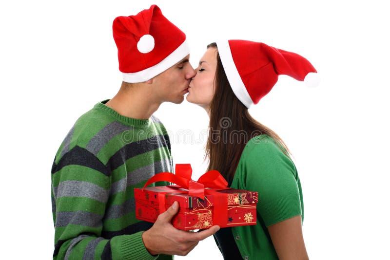детеныши santa поцелуя пар изолированные шлемами белые стоковая фотография rf