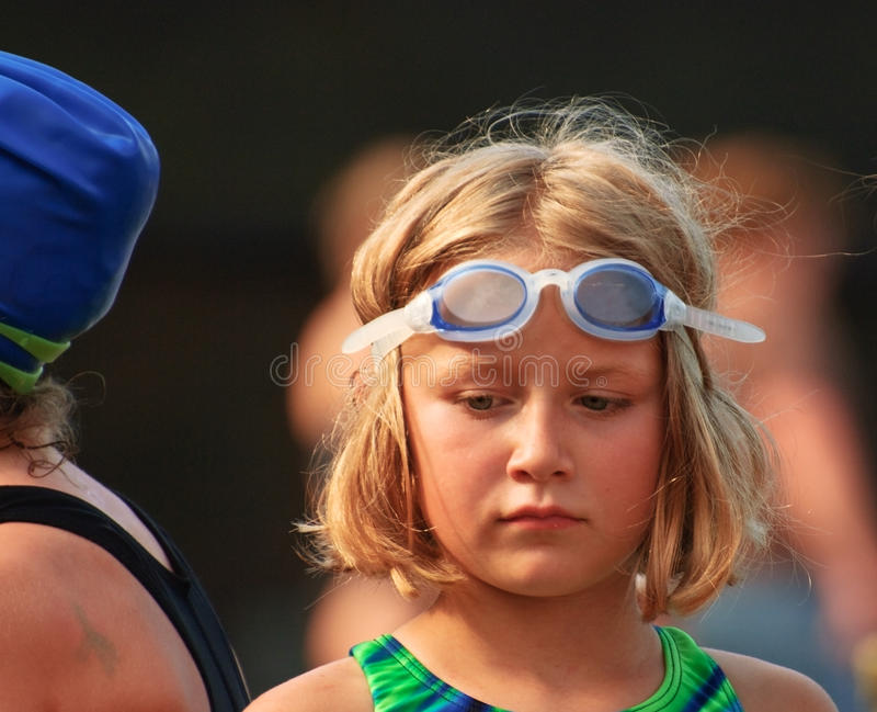 детеныши swim встречи девушки стоковое фото