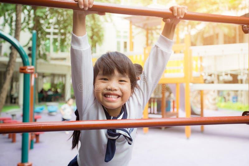 Дети Азии портрета чувствуя спортивную площадку счастливых детей на внешнем общественном парке для стоковые изображения rf