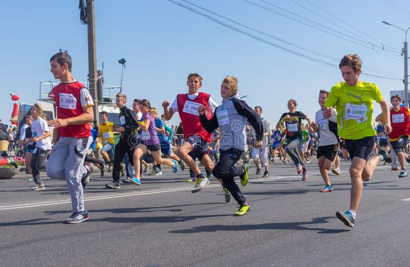 Дети бежать в конкуренции бега на всю жизнь во время деятельности при дня города местной стоковая фотография rf