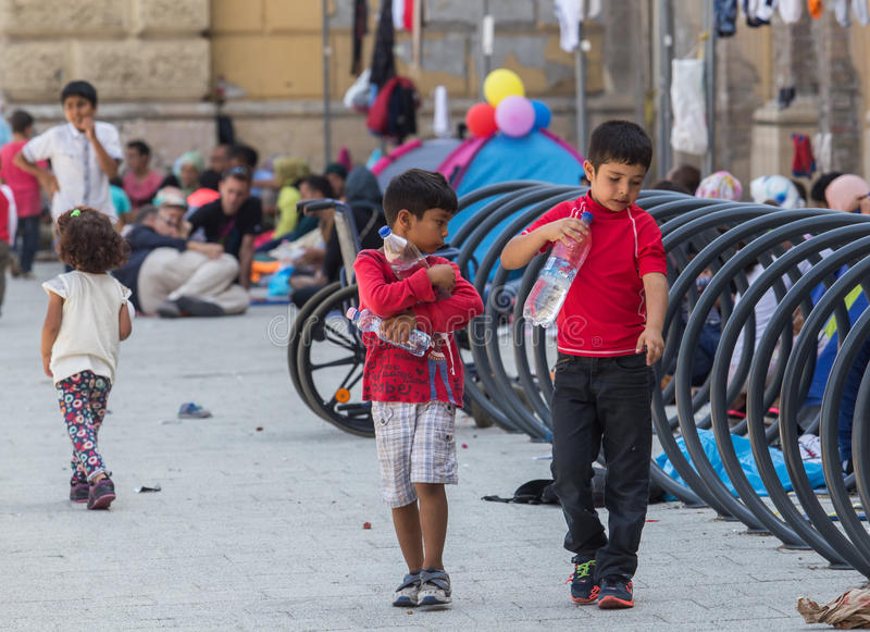 Дети беженца на вокзале Keleti в Будапеште стоковая фотография rf