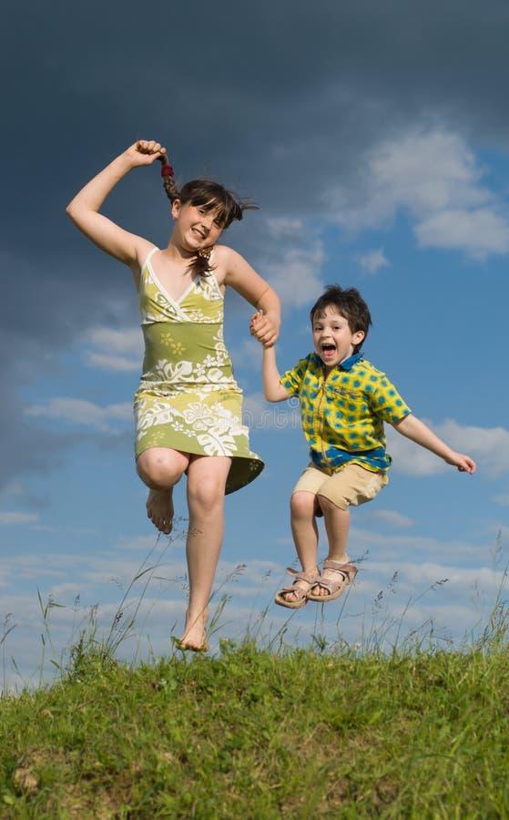 дети брата скача сестра 2 стоковое изображение