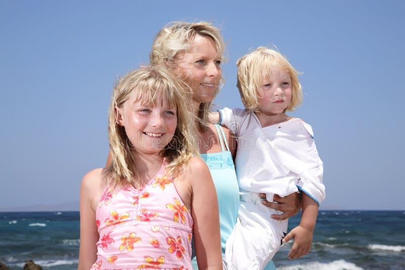 дети будут матерью outdoors стоковые фото