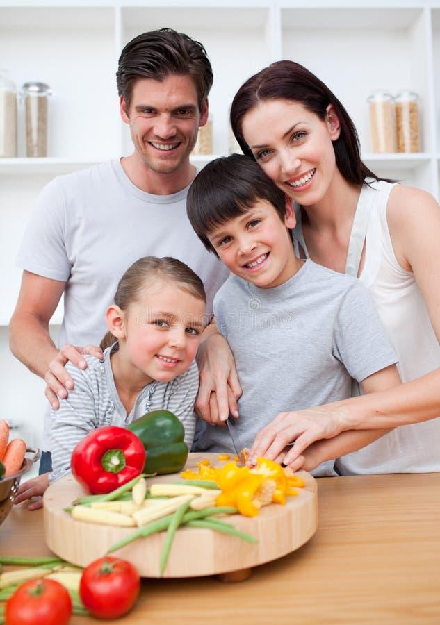дети варящ счастливых родителей их стоковое изображение