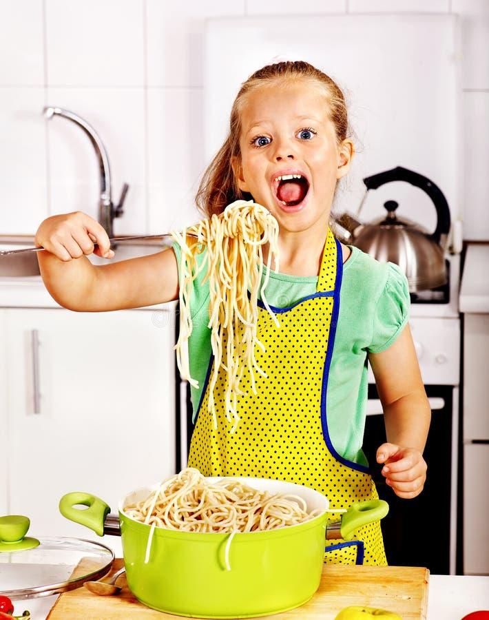 Дети варя на кухне. стоковое изображение rf