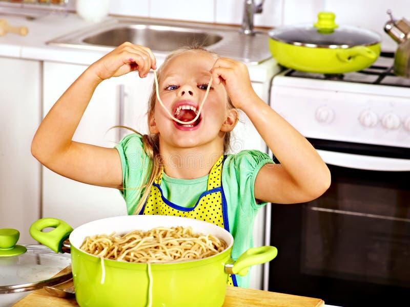 Дети варя на кухне. стоковые фотографии rf