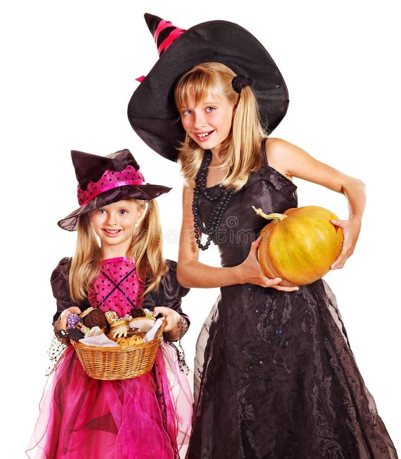 Дети ведьмы на партии хеллоуина. стоковые изображения