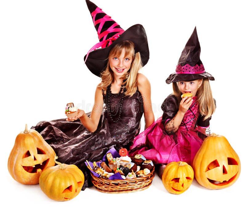 Дети ведьмы на партии хеллоуина. стоковое фото rf