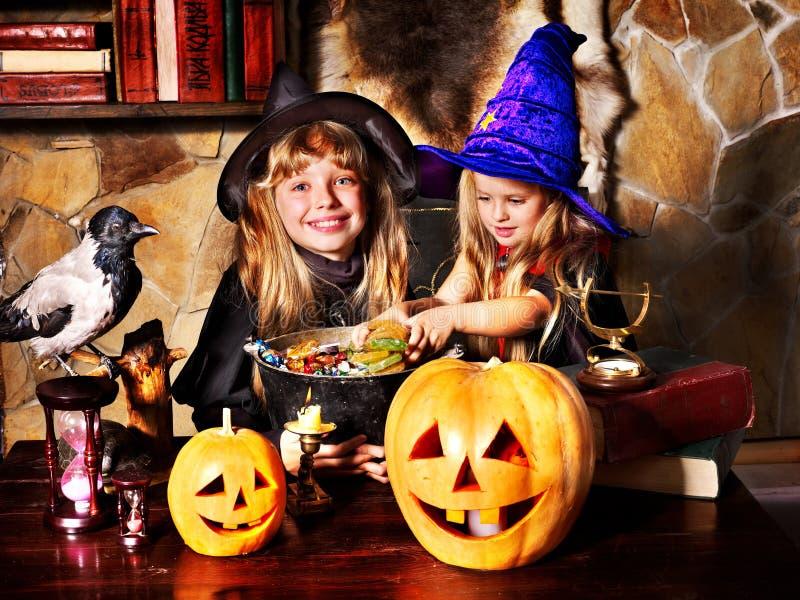Дети ведьмы с фонариком тыквы. стоковые изображения rf