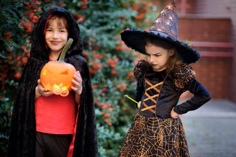 Дети времени начальной школы одеты в костюмах на хеллоуин стоковое изображение rf