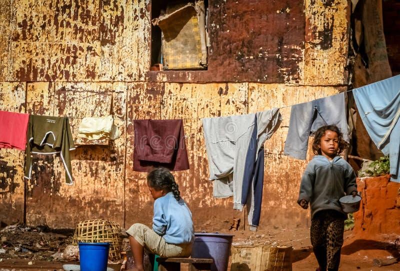 Дети выполняют ежедневные работы по дому стоковое фото