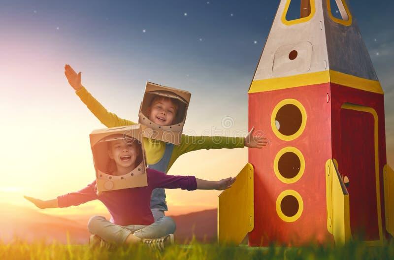 Дети в костюмах астронавтов стоковое изображение rf