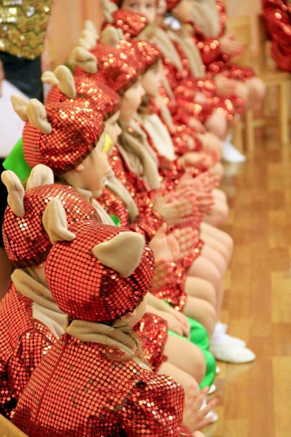 Дети в костюмах на утреннике на детском саде стоковые изображения rf