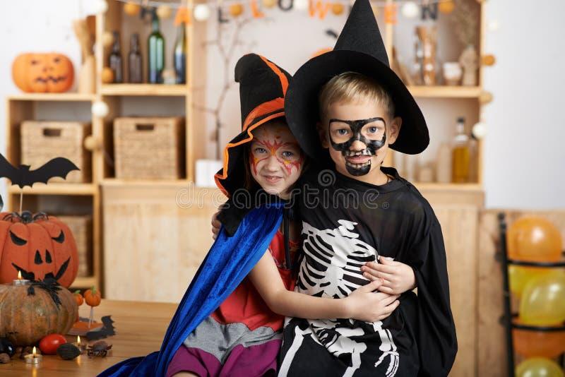 Дети в костюмах хеллоуина стоковая фотография