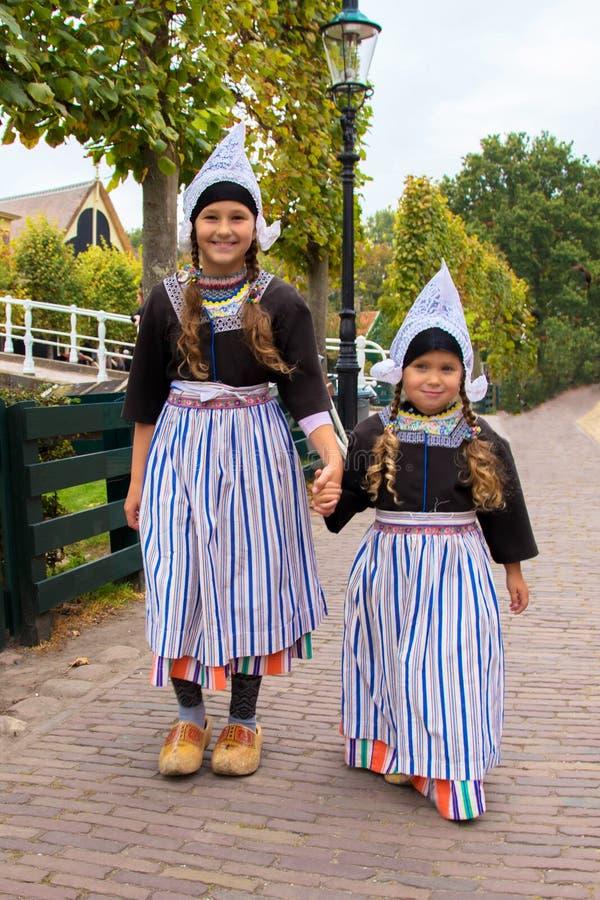 Дети в национальных винтажных голландских костюмах стоковое изображение rf