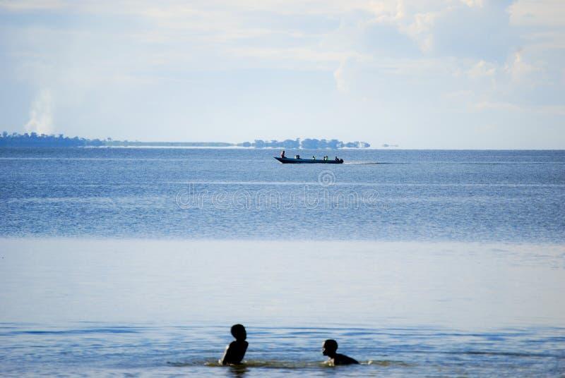 Дети в озере Виктория стоковая фотография