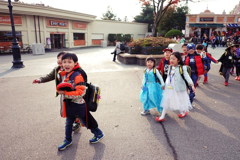 Дети в причудливых платьях стоковое изображение