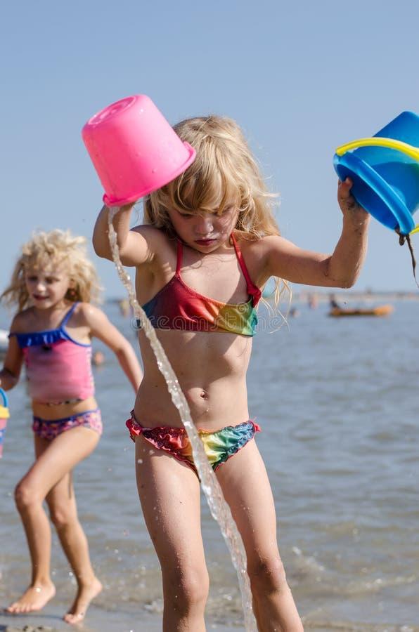 Дети в пляже стоковые фотографии rf