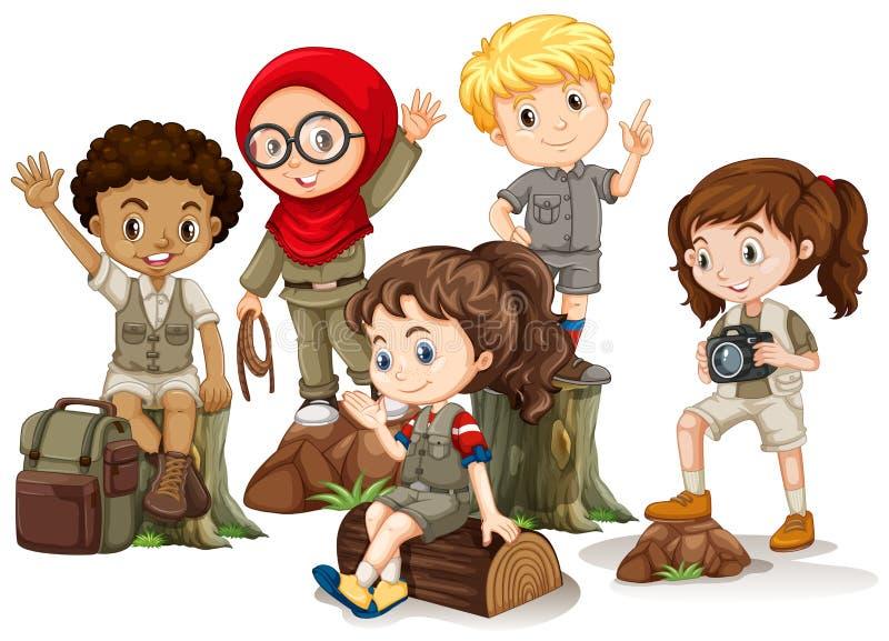 Дети в располагаясь лагерем обмундировании стоя на древесинах иллюстрация вектора