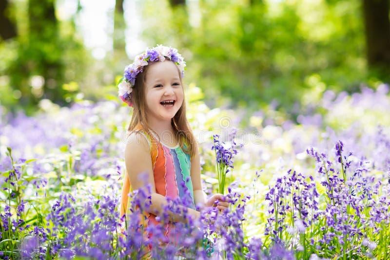 Дети в саде bluebell стоковые изображения rf
