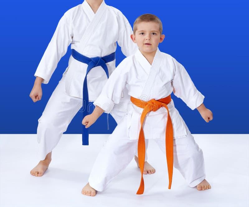 Дети в стойке karategi в карате шкафа стоковые фотографии rf