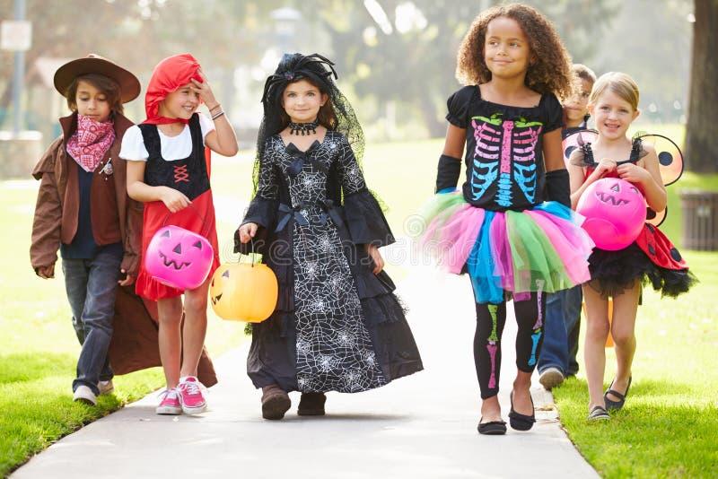 Дети в фокусе или обрабатывать причудливого платья костюма идя стоковая фотография