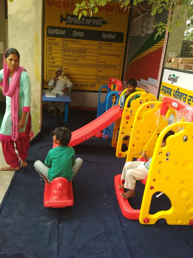 Дети в школе игры aanganwadi стоковые фото