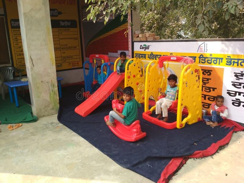 Дети в школе игры aanganwadi стоковое фото