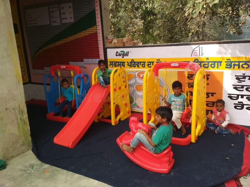 Дети в школе игры aanganwadi стоковые фотографии rf