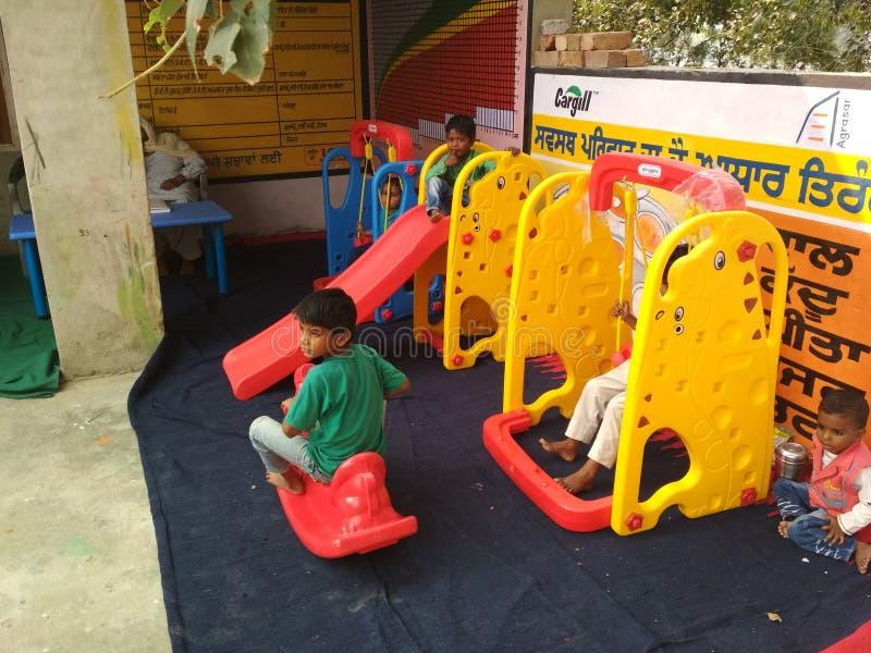Дети в школе игры aanganwadi стоковая фотография rf