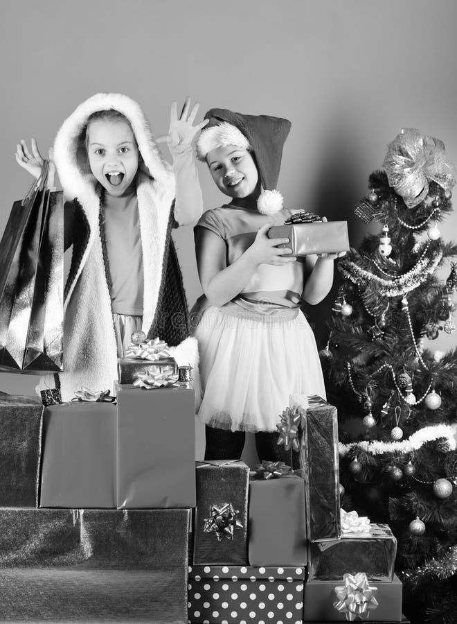Дети в шляпах рождества с сумками подарочных коробок открытыми присутствующими стоковые изображения rf