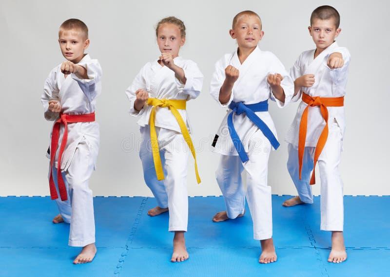 Дети в karategi бьют дуновения карате стоковое фото rf