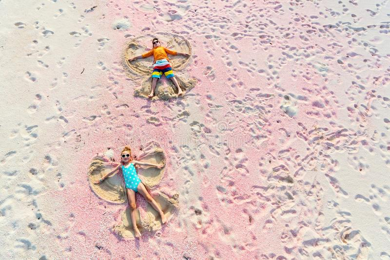 Дети делая ангелов песка стоковые фото