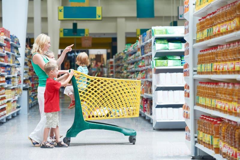 дети делая женщину покупкы стоковые изображения