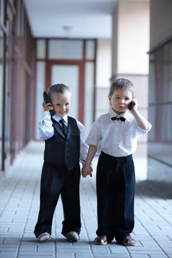 дети дела outdoors одевают стоковые фото