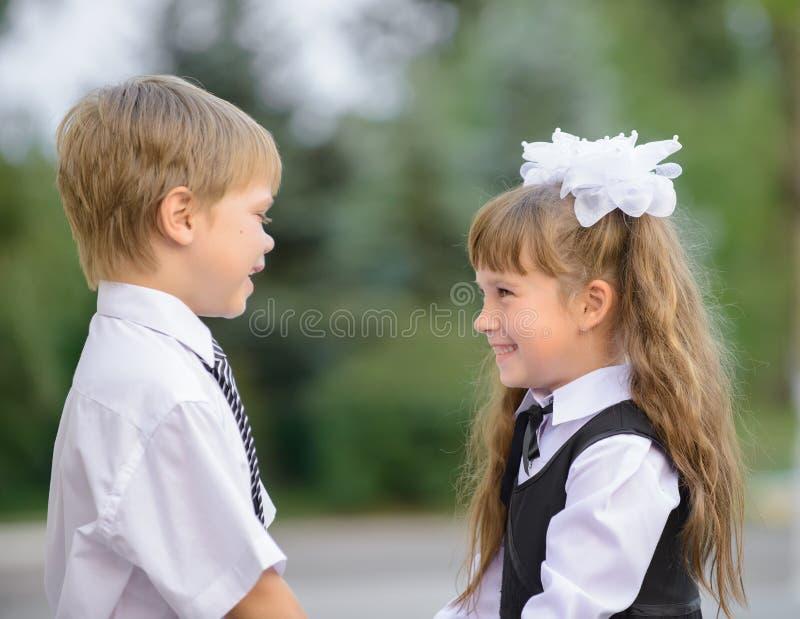 Дети дошкольного возраста мальчик и девушка стоковое изображение rf