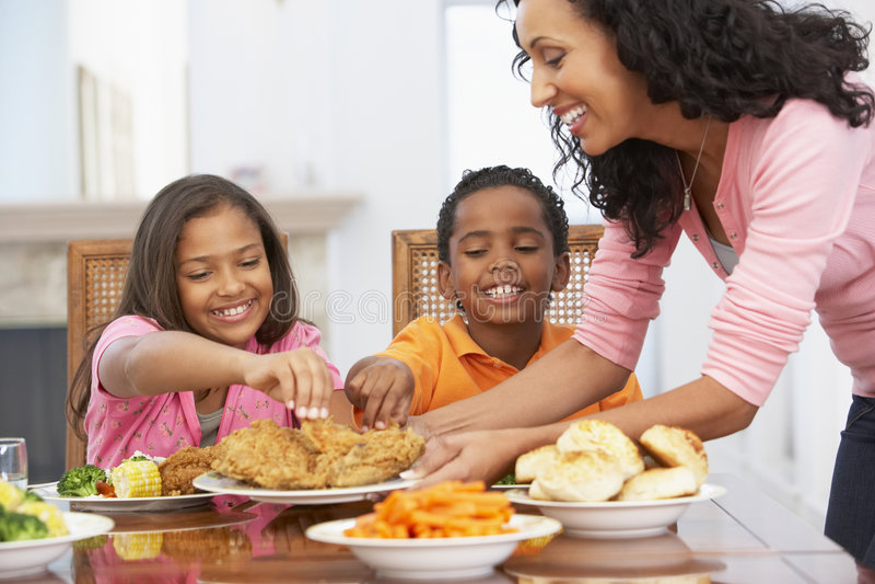 дети ее мать еды служя к стоковые изображения