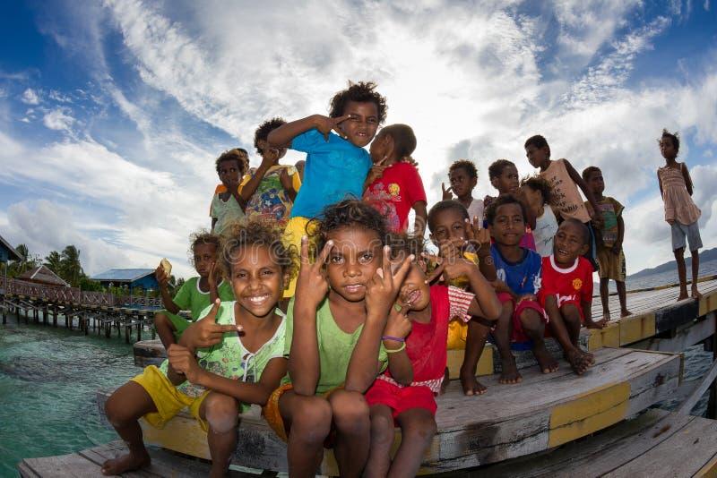 Дети деревни Arborek, раджи Ampat, Индонезии стоковое изображение