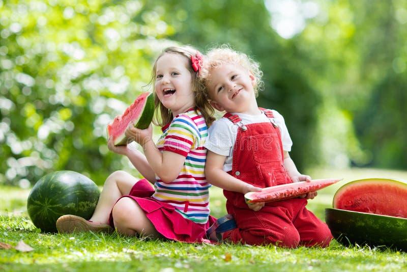 Дети в арбузе фото