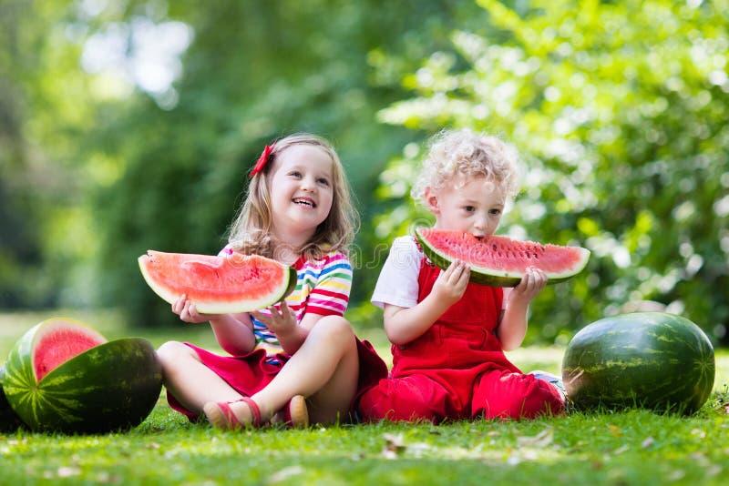 Дети с арбузом фото