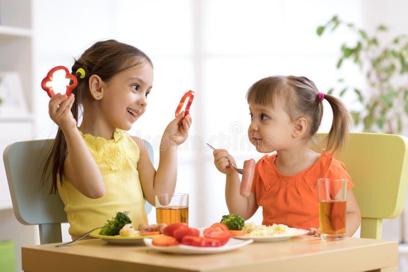 Дети есть еду в детском саде или дома стоковое изображение rf