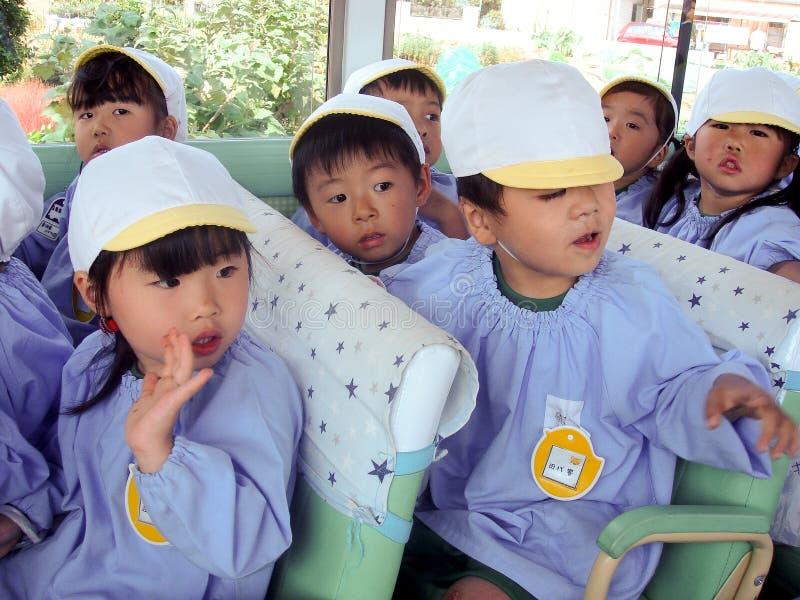 Дети детского сада на шине стоковые изображения