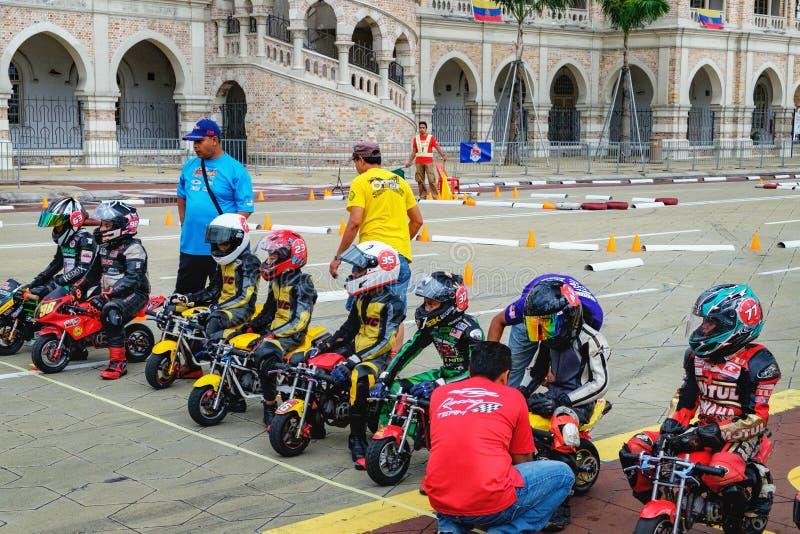 Дети ехать на конкуренции мини-велосипеда, Малайзии стоковые фото