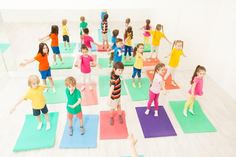 Дети делая гимнастические тренировки в классе фитнеса стоковая фотография